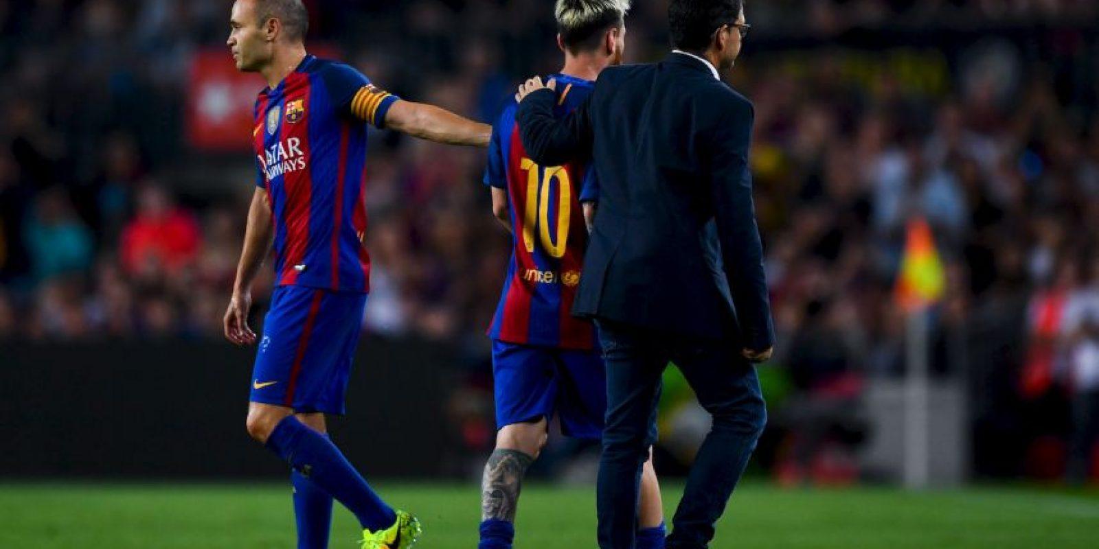 Andrés Iniesta tuvo que consolar a su lastimado compañero. Foto:Getty Images
