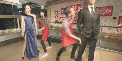 """Separados hasta en la ficción. El Museo Madame Tussauds de Londres decidió hacer eco del quiebre y separar a las figuras de cera de dichas estre-llas. """"Siguiendo las noticias sobre el inicio del proceso de divorcio de Brad Pitt y Angelina Jolie, podemos confirmar que diplomáticamente hemos separado a la pareja en nuestra área de fiestas"""", escribió el famoso recinto en su cuenta de Instagram, donde además publicaron una imagen de la nueva ubicación del ahora exmatrimonio: a un par de metros de distancia, separados por el actor Robert Pattinson."""