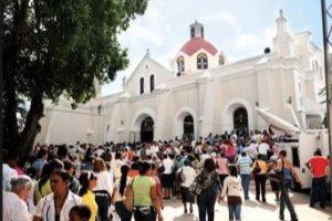 Feligreses en la iglesia en Santo Cerro Foto:@GUZMAN2000MN