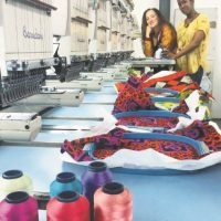 """Las diseñadoras Sara Díaz y Johanna Bautista, responsables de la colección """"Paz"""". Foto: Tomada del Facebook de Blue Country Jeans"""