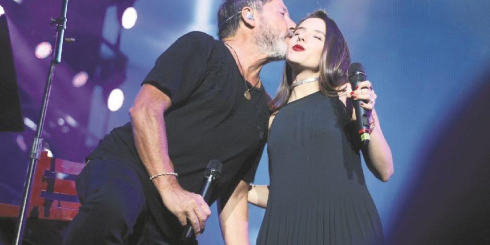 Ricardo Montaner junto a su hija Evaluna en plena presentación Foto: Fuente externa