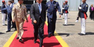 Medina embarca rumbo a Colombia para asistir a firma de Acuerdo Paz con FARC