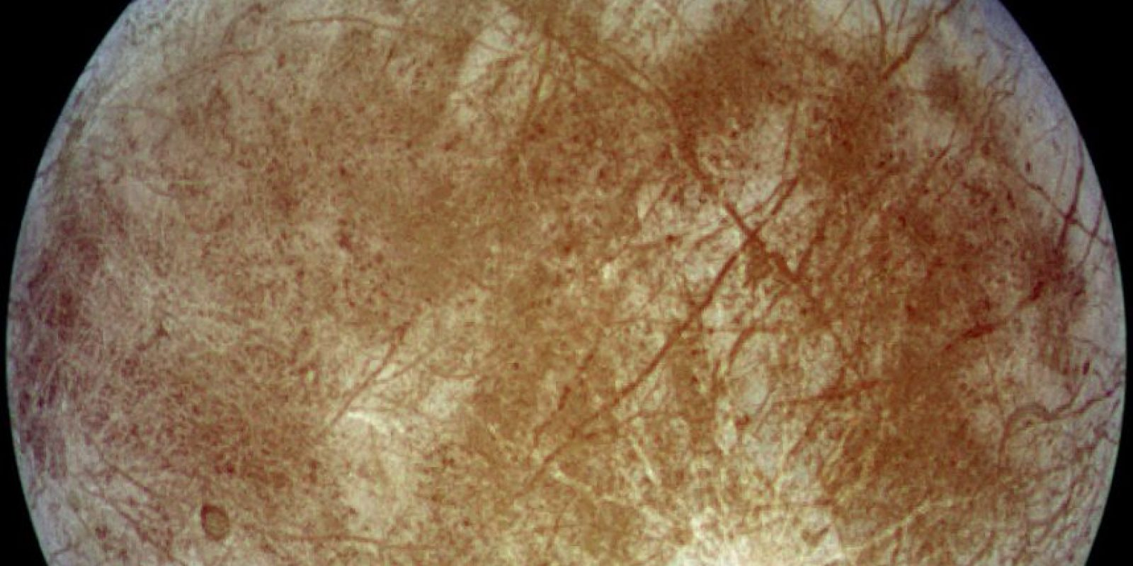 Europa, luna de Júpiter. Los científicos sospechan fuertemente que un océano salado bajo la superficie se encuentra debajo de la corteza helada de Europa. El calentamiento por marea de su planeta madre, Júpiter, mantiene el estado líquido de este océano, y también crea bolsillos parcialmente derretidos, o lagos, a lo largo de la cáscara externa de la luna.