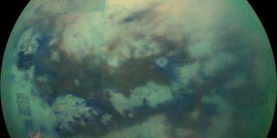 Titán, la luna de Saturno. Se cree que Titán tiene un océano de subsuelo salado – tan salado como el Mar Muerto en la Tierra – comenzando alrededor de 30 millas (50 km) por debajo de su capa de hielo. También es posible que el océano de Titán sea delgado y se intercale entre capas de hielo, o que sea grueso y se extienda todo el camino hasta el interior rocoso de la luna.