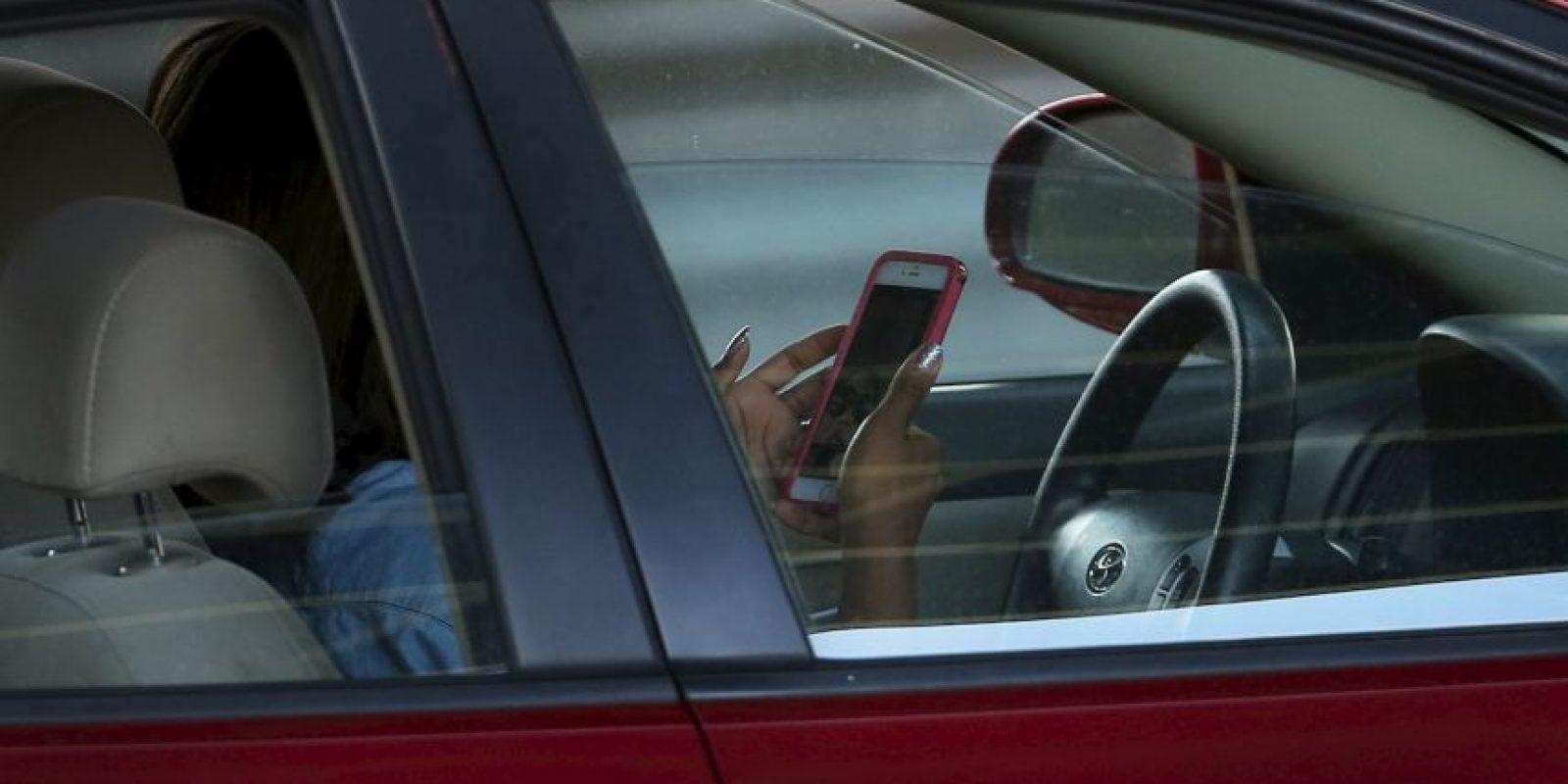El conducir y redactar mensajes de texto por el teléfono celular amplía 23 veces la probabilidad de sufrir un accidente vial Foto:Getty Images