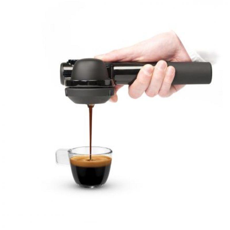 Este pequeño dispositivo portátil funciona presionando manualmente el aire en un extremo para conducir el agua caliente sobre el poso del café hacia el otro. Foto:Handpresso