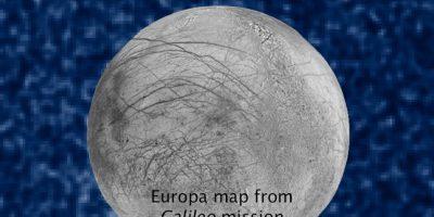 Esos puntos blancos son las plumas o penachos de vapor Foto:NASA