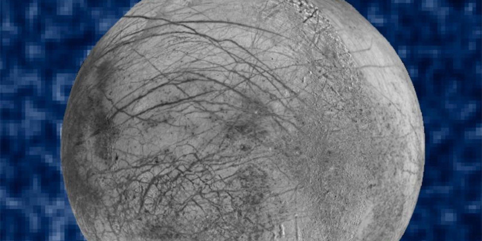 """Esta es la imagen compuesta de """"Europa"""". Es una composición realizada por la NASA y aquí se pueden ver los penachos de vapor Foto:NASA"""