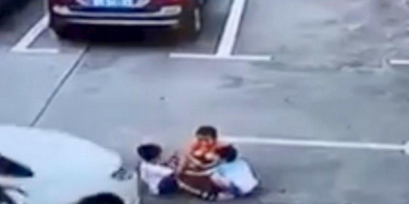 Los menores jugaban en un estacionamiento Foto:Captura
