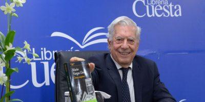 Vargas Llosa firma sus libros en Librería Cuesta