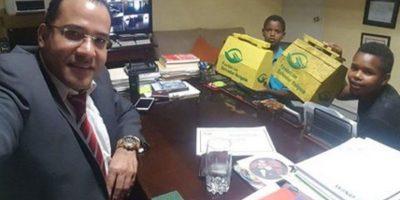 Entrega de limpiabotas de Fundación Salvador Holguin genera indignación en redes sociales