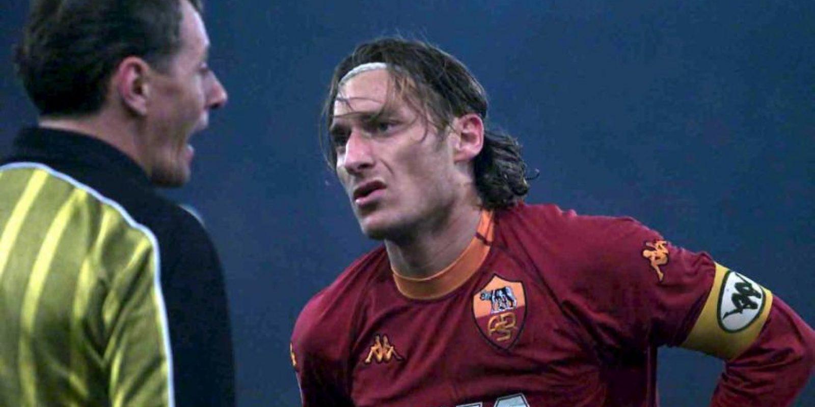 Muchos cuestionaron la decisión de Francesco Totti de rechazar la oferta de Real Madrid. Sin embargo, ese fue un año que el jugador nunca olvidará y cuando se coronó campeón con la Roma de la Serie A, cortando una racha de 19 años sin títulos. Además ganaron la Supercopa de Italia Foto:Getty Images