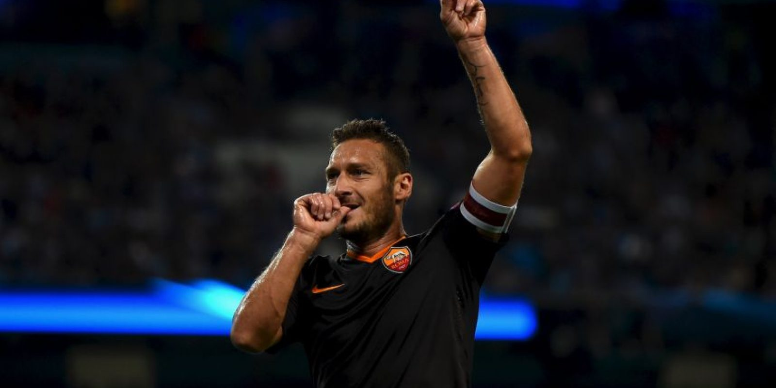 Francesco Totti tiene a su haber otro récord. Además de los que suma con la Roma, Il Capitano es el jugador más viejo que ha anotado en Champions League por su tanto anotado ante el CSKA Moscú en la temporada 2014/2015, cuando tenía 38 años y superó la marca de Ryan Giggs Foto:Getty Images