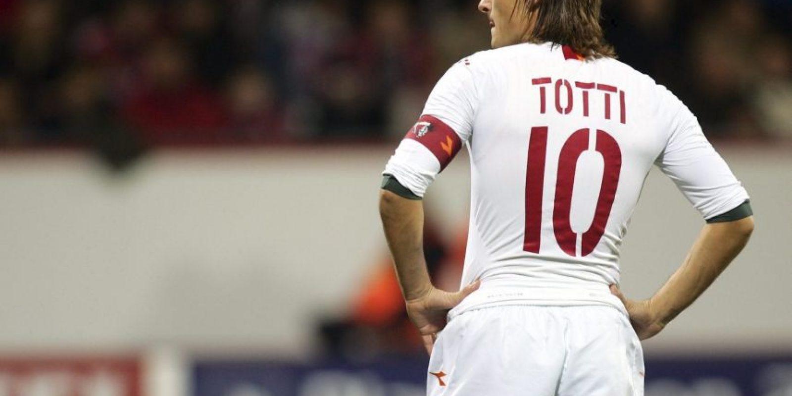 Deslumbrando con su talento, Real Madrid puso sus ojos en él y Francesco Totti rechazó la oferta que le hicieron a inicios de la temporada 2000/01. Luego tampoco quiso irse a Inter de Milán. Antes, cuando era un juvenil, su madre no lo dejó ir a AC Milán para que estuviera cerca de su familia y pudiera debutar en el club de sus amores. Foto:Getty Images