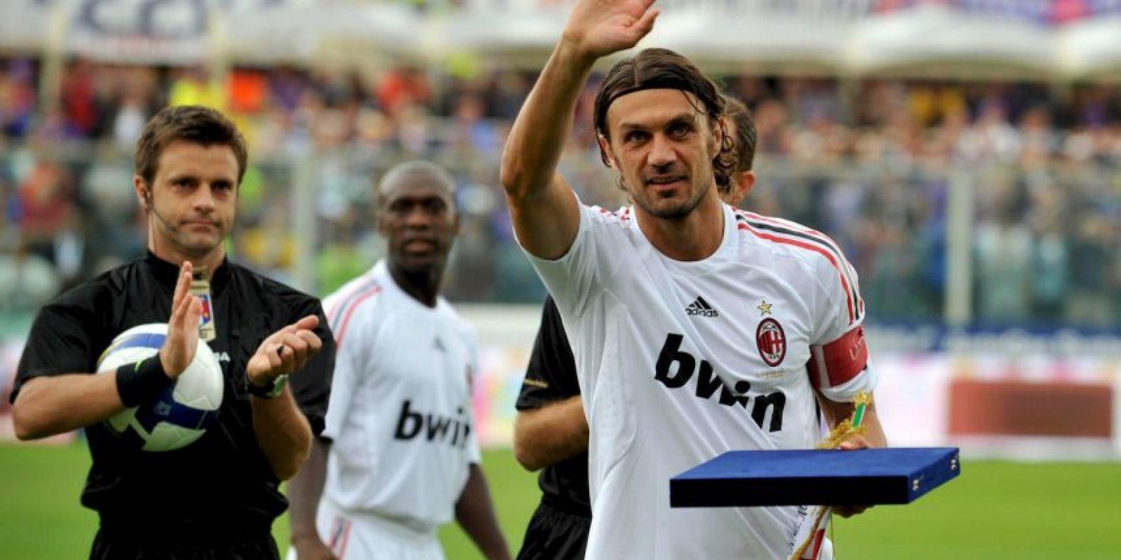 Cargaba con el peso de ser el hijo de Cesare Maldini, un histórico de AC Milán, pero supo sobrellevarlo y formó su propio camino. Como era de esperar, siguió los pasos de su padre y se calzó la camiseta de los Rossonero, donde estuvo 25 temporadas y se convirtió en ídolo. Capitaneó al equipo desde 1996 y lo hizo hasta su retiro en 2009, cuando ya tenía 41 años. Su palmarés en AC Milán tiene 26 títulos y contempla siete Serie A, cinco Champions League, una Copa de Italia, cinco Supercopa de Italia, cinco Supercopa de Europa, dos copa Intercontinental y un Mundial de Clubes. Foto:Getty Images