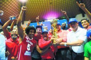Coronas de Metros y Leones. En este primer año, fuimos testigos de dos campeones de la Liga Nacional de Baloncesto (LNB). En la edición de 2015, los Metros de Santiago derrotaron a los Cañeros del Este y se llevaron el título de la liga ganando la serie final 4-3 en siete partidos. En el recién finalizado torneo, los Leones de Santo Domingo evitaron que los Metros ganaran su tercer campeonato consecutivo. Foto:Fuente externa