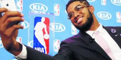 Karl Towns Novato del Año. El centro dominicano Karl-Anthony Towns Cruz, debutó por todo lo alto en la mejor liga de baloncesto del mundo, ganando de forma unánime el premio Novato del Año de la NBA. Towns dejó claro que llegó para quedarse con un juego depurado. Foto:Fuente externa