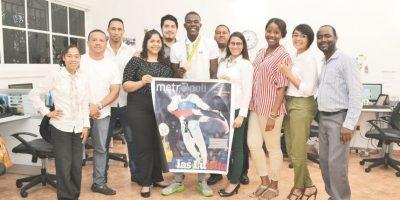 Luisito Pie y el personal de la redacción de Metro sostienen una copia de la portada publicada por estre diario el 18 de agosto. Foto:Mario de Peña