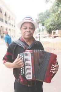 """No bastan reglamentos. """"Está bien el cambio de remodelación de la Zona Colonial"""".Ramiro Encarnación, músico ambulante. Foto:Roberto Guzmán"""