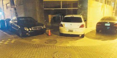 Muchos visitantes violan las normas al estacionarse en zonas de peatones. Foto: Fuente externa