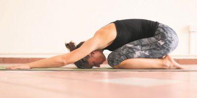 Postura del niño. Beneficios:• Estira la cadera, los muslos y los tobillos• Calma el cerebro y ayudar a aliviar el estrés y la fatiga• Alivia el dolor en la espalda y el cuello Foto:Fuente externa