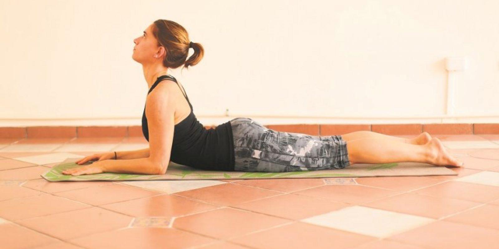 Esfinge. Beneficios:• Fortalece la columna vertebral• Estira el pecho, los pulmones, los hombros y el abdomen• Afirma los glúteos• Estimula los órganos abdominales• Ayuda a aliviar el estrés Foto:Fuente externa
