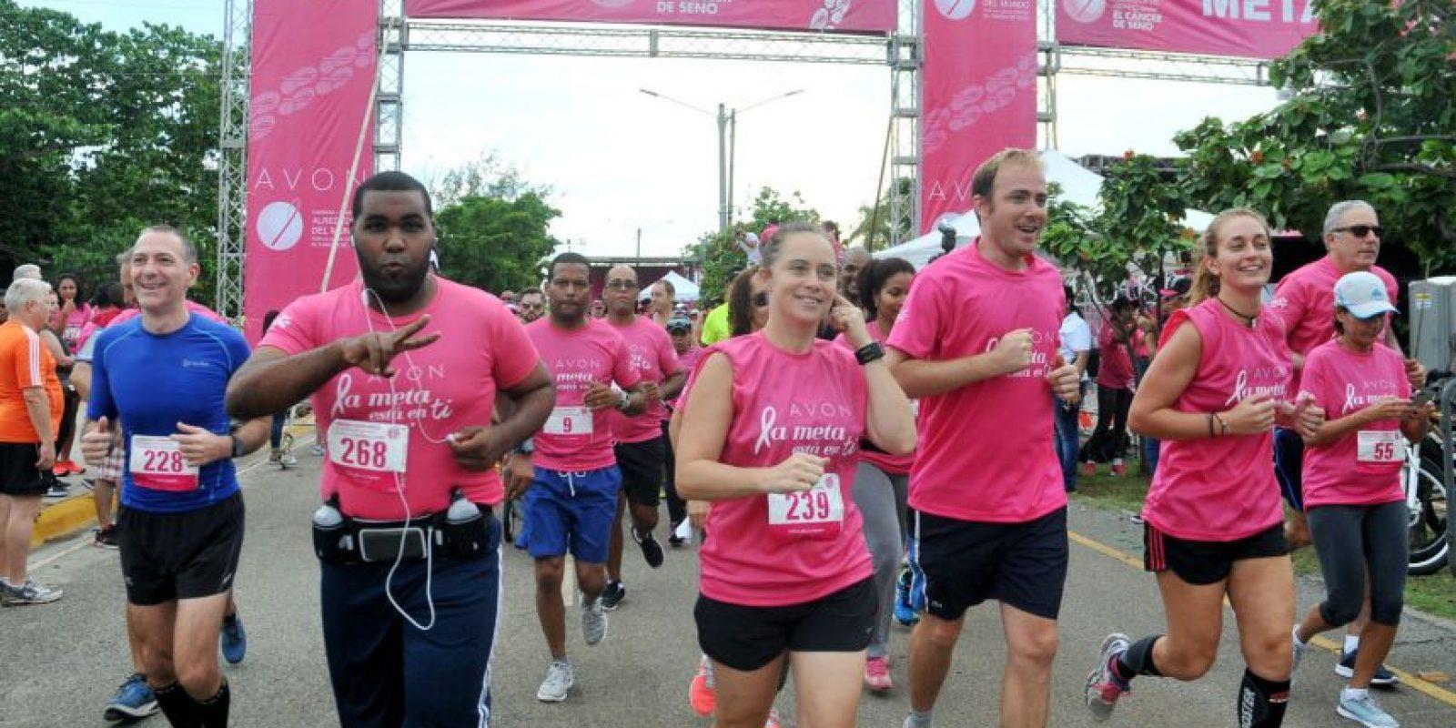 Participantes en la carrera-caminata solidaria contra el cáncer de mama. Foto:Fuente Externa