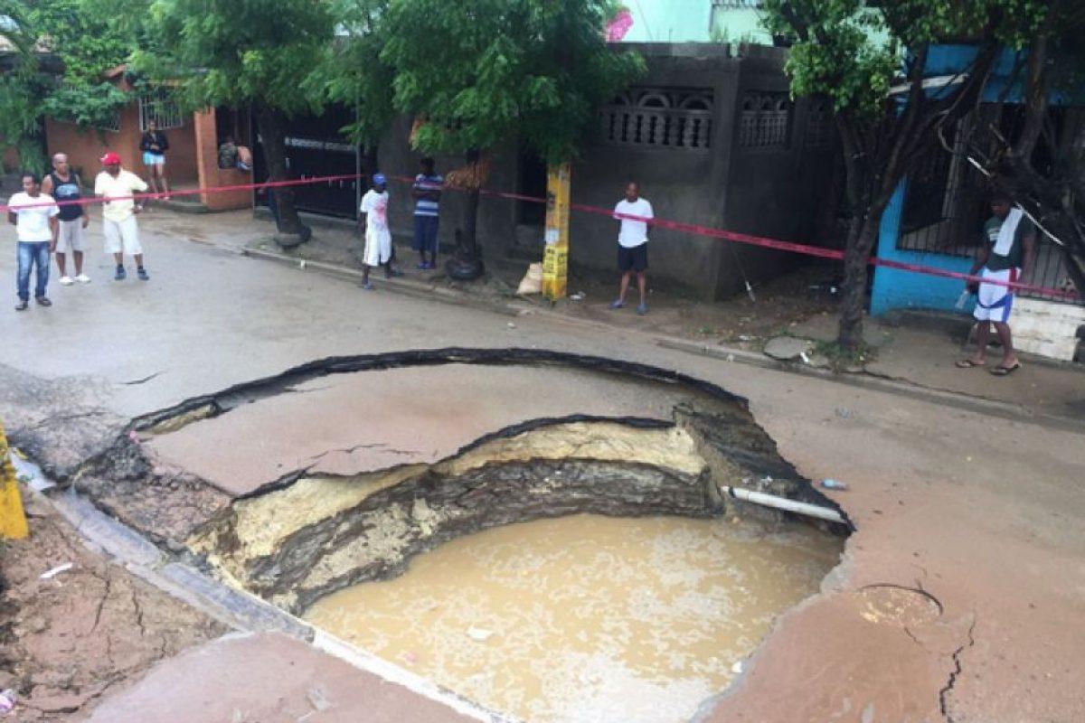 Una calle en el sector del Almirante en Santo Domingo Este quedó desplomada Foto:Twitter