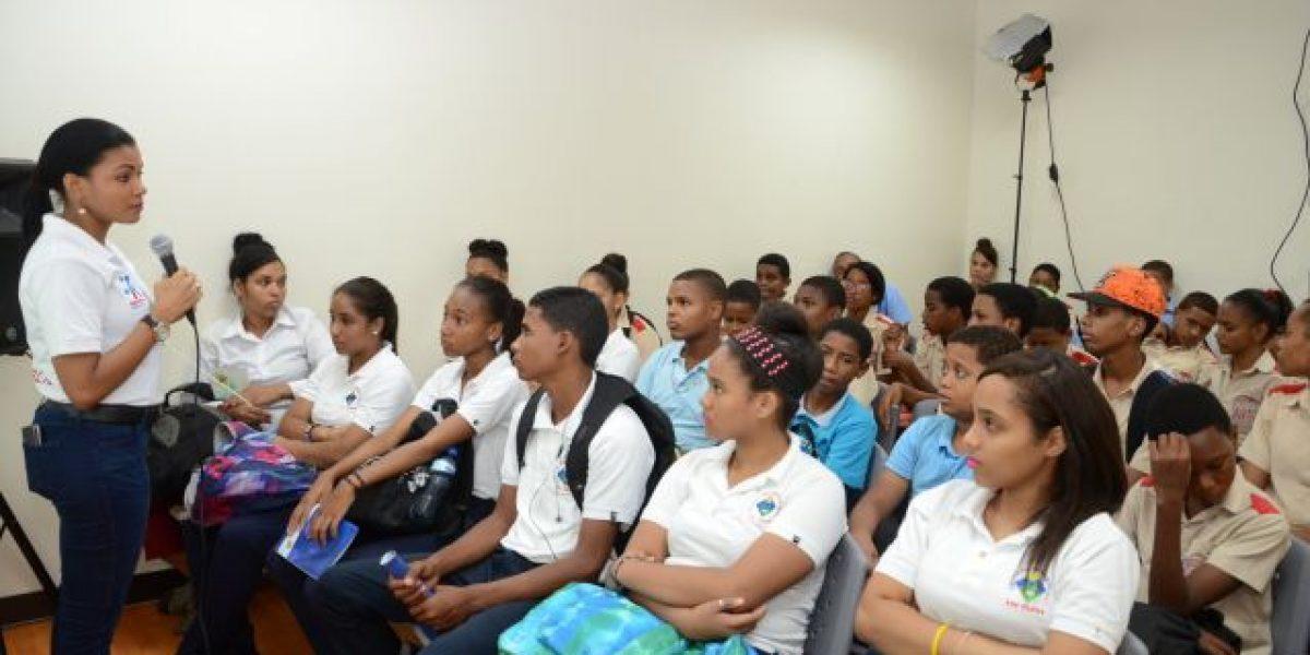 Indotel instruye a miles niños sobre uso seguro de Internet en Feria del Libro