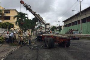 Una brigada repara una avería en el tendido eléctrico en el sector Los Padros,DN Foto:Twitter