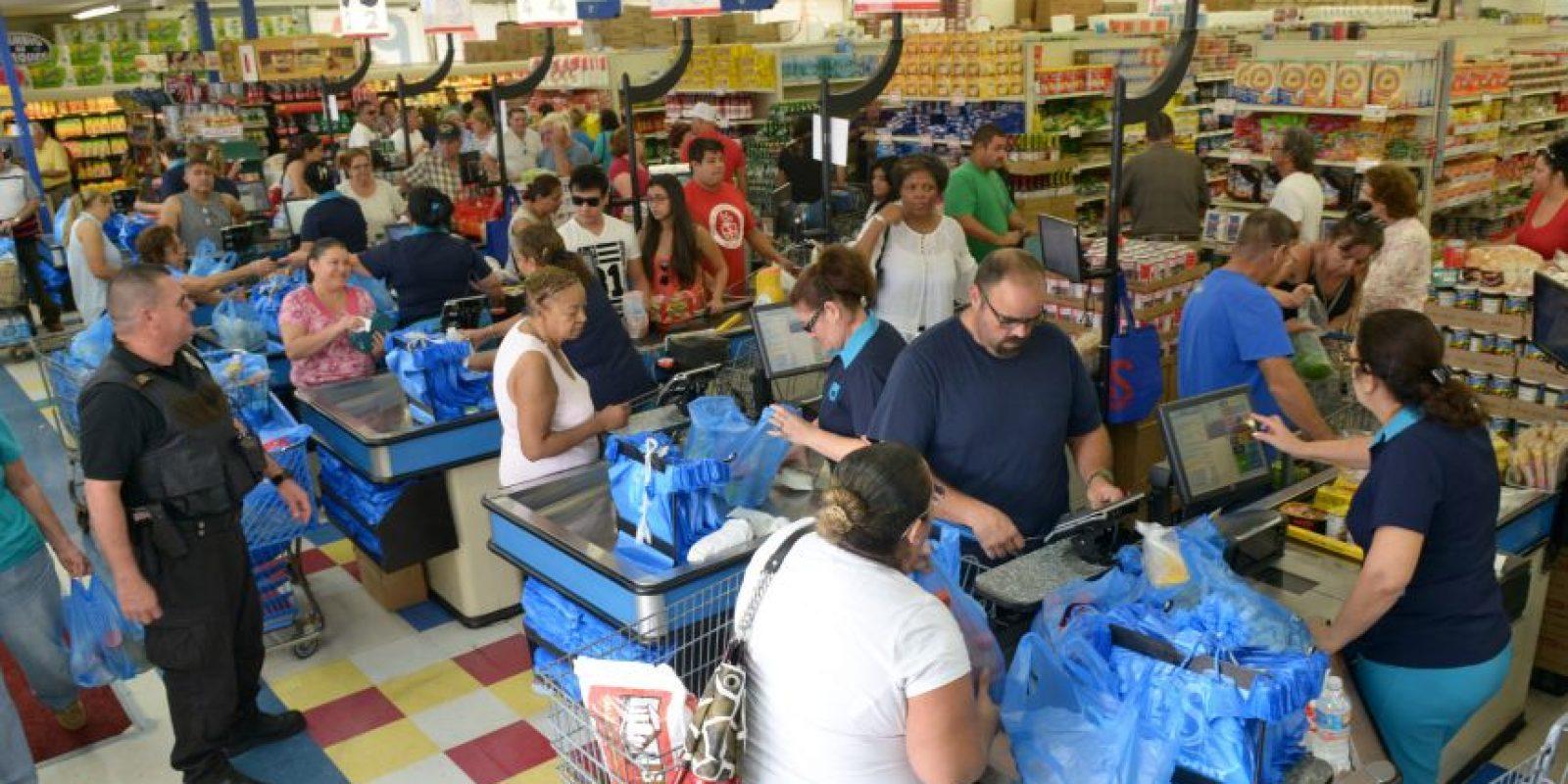 Habitantes de la ciudad de Miami (FL. EE.UU), se preparan hoy, miércoles 5, para la llegada del huracán Matthew comprando agua, alimentos, tablas y combustibles. Foto:EFE/GIORGIO VIERA