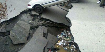 """Se desploma el """"puente El Centro"""" en Los Guaricanos; una persona herida"""