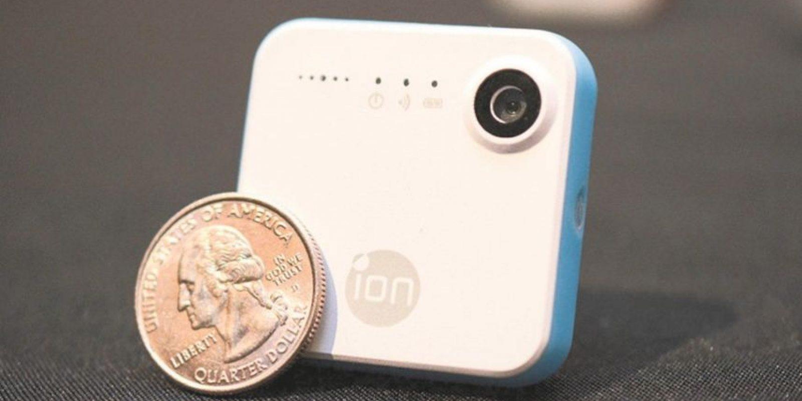 2- iON SnapCam. Esta pequeña cámara de peso ligero se puede adjuntar a la ropa con un gancho o un imán. Así, mientras estás explorando nuevos lugares, no tienes que preocuparte por perder esa imagen perfecta. Cuando estás listo para tomar una foto, un vídeo o transmitir en vivo, simplemente pulsa uno, dos o tres veces. Todos los datos de la cámara se pueden cargar de forma inalámbrica a tu teléfono inteligente. Foto:Metro