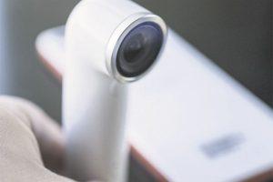 HTC Re. Si tienes un gran viaje previsto, pero no puedes llevar mucho equipaje, la pequeña cámara HTC Re vendrá al rescate. Puede capturar rápidamente cualquier detalle de tus nuevas experiencias sin necesidad de agarrar el teléfono o la cámara. El pequeño dispositivo de mano tiene un sensor de agarre incorporado que se activa al instante cuando la cámara es recogida. El único botón te permite tomar fotografías y vídeos. Foto:Metro
