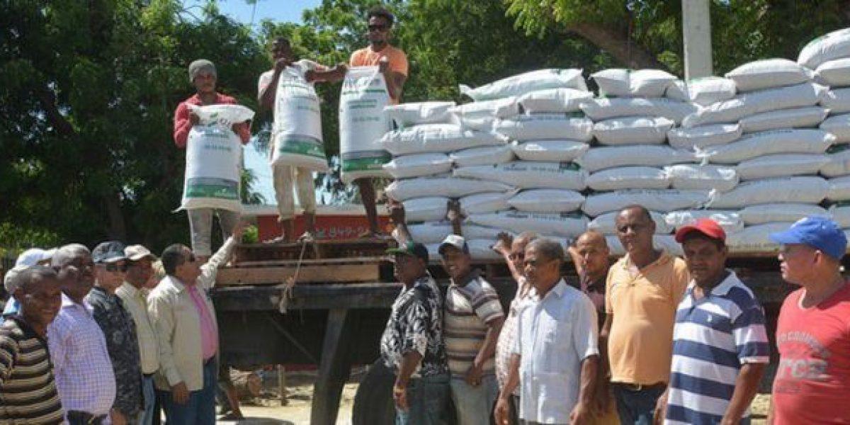 IAD entrega 1.000 quintales de abono a campesinos de Vicente Noble