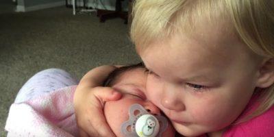 Bebé despertó de mal humor, pero al ver a su hermana, todo cambió