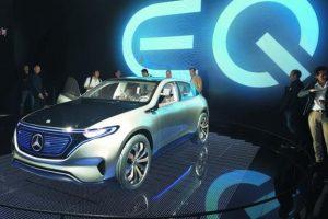 """2- Mercedes-Benz Generation EQ. Basado en un concepto que nombra CASE (Connected, Autonomus, Shared, Electric), Dieter Zetsche, presidente de la junta directiva de Daimler Group, puso en evidencia una nueva generación de vehículos montados en una nueva plataforma de arquitectura escalable, la cual podrá convertirse en wagoneta, coupé, SUV, sedán, convertible y más.El nombre es EQ, que sería la contraparte de la división """"i"""" de eléctricos en BMW, por ejemplo, y que competiría con todos los productos de Tesla, por mencionar a algún rival. Al parecer esta tecnología estaría involucrando inteligencia para realizar búsquedas de rutas y espacios de aparcamiento, además de manejarse de manera autónoma en un futuro próximo, compartir el auto cuando no se requiera y familiarizarse por completo con diferentes actividades del ser humano, todo ello mediante una propulsión eléctrica de carga rápida.El concepto cuenta con una batería de 70 kWh y propulsión de dos motores eléctricos para 402 hp y 516 libras pie de torque, lo cual aceleraría al vehículo de 0-100 km/h en menos de 5 segundos. Asimismo, los controles del vehículo aparecerán en una pantalla de 24 pulgadas, que desplegará la información del auto y del ambiente que le rodea."""