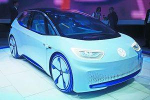 """1- Volkswagen I.D. Concept. Una compañía que ha sufrido la pérdida de confianza del consumidor y las grandes sanciones producto del escándalo de emisiones de algunos de sus motores a diésel, ha puesto en duda el retorno de vehículos de este tipo a Estados Unidos, principal afectado, pero también ha evidenciado su enorme interés por """"ponerse las pilas"""".El Paris Motor Show ya arrancó y Volkswagen presentó un concepto que podría ser tan icónico como lo fuera el Golf y el Beetle (Sedán) en su momento. Es por ello que el futuro automotor estará basado en la nueva plataforma modular para eléctricos MEB. Volkswagen declaró en 2010 que buscaría ser líder en el segmento de eléctricos para 2018, y tiene planes de vender entre 2 y 3 millones de eléctricos para 2025 bajo esta electrizante misión. El I.D. presenta 600 km de autonomía máxima y estará disponible en 2020 a un precio aproximado de Golf."""