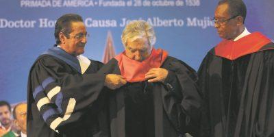 El lunes en la mañana recibió un título honoris causa en la UASD. Foto:EFE
