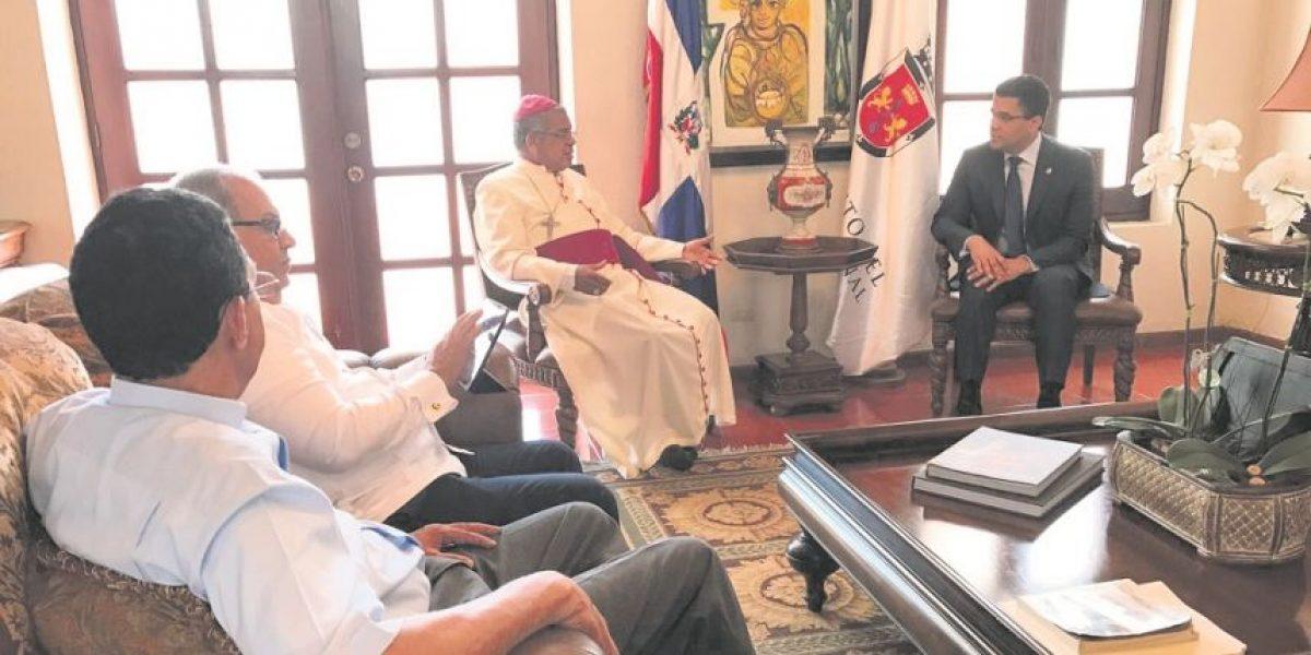 Monseñor Ozoria y alcalde DN conversan sobre recuperación mercados