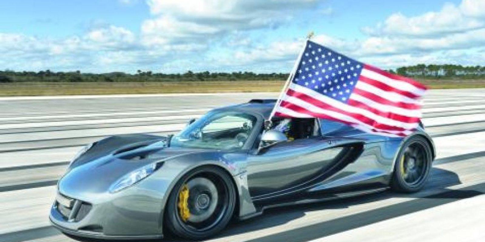 1- Hennessey Venom GT World Record Edition (270.4 MPH – 434 km/h). Esta impresionante velocidad la logra gracias a una extraordinaria relación peso-potencia y mínima resistencia al viento. Cuenta con un ligero chasis Lotus Elise y 1.244 caballos de fuerza producto de la sobrealimentación del 7.0 litros V8 a gasolina.Hennessey registró una carrera 270.4 millas por hora en el Centro Espacial Kennedy el año pasado. Pese a que para ser considerado como auto de producción debe desarrollarse en serie, y Venom GT se produce a mano, muchos rivales someten a disputa el registro y el propio récord, por lo que Guinness no le considera el más veloz pese a subir la aguja de la adrenalina más allá que cualquiera. Foto:Metro
