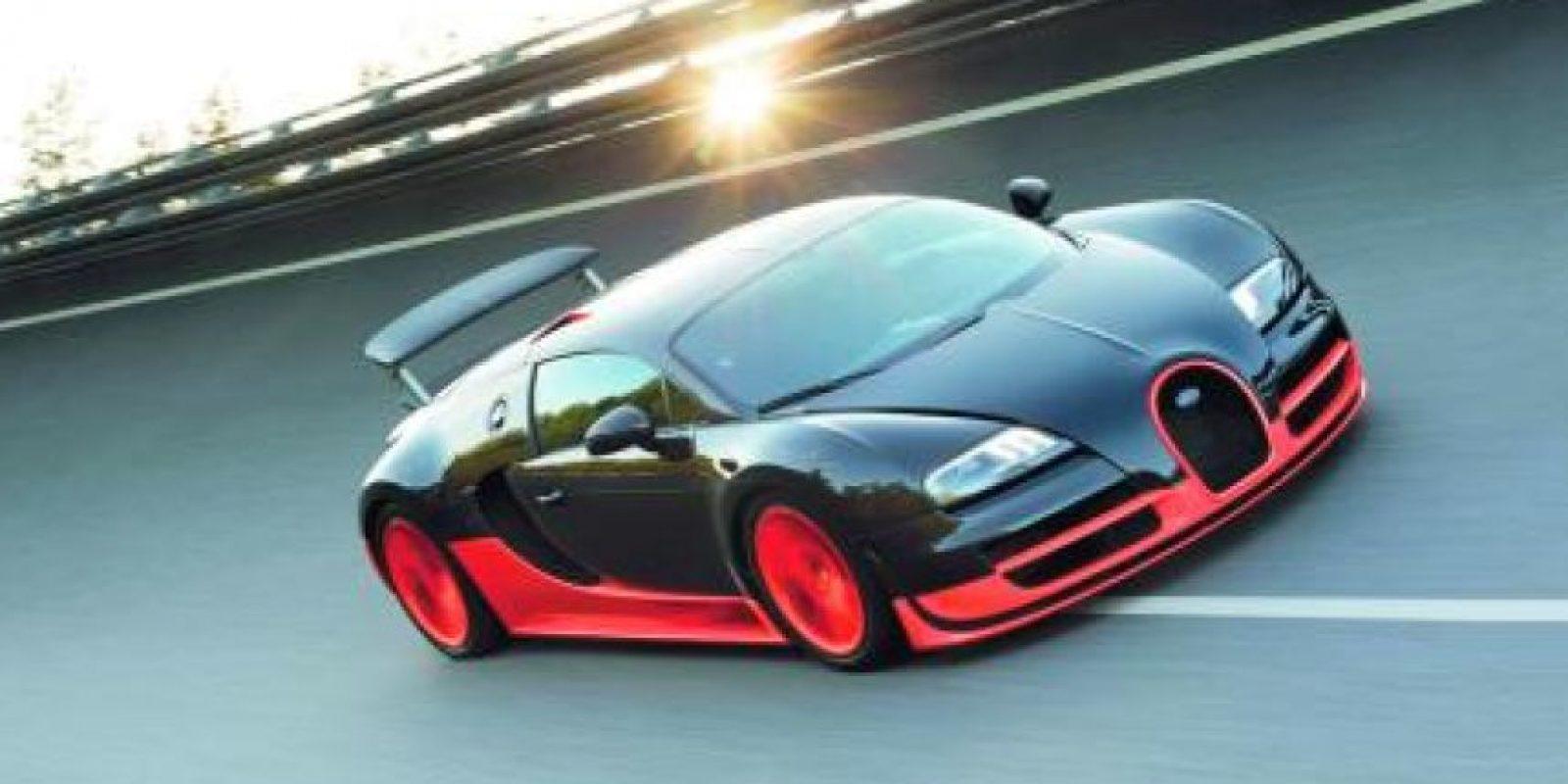 2- Bugatti Veyron Super Sport (268 MPH – 431 km/h). Veyron se lanzó en un inicio con un precio de $ 1.7 millones de dólares y un motor quad-turbo W16 para mil caballos de potencia, no obstante tuvo que exprimir su motor al ser destronado por el SSC Ultimate Aero en el récord de velocidad para un auto de producción. Este ejemplar cuenta ya con 1,200 caballos de fuerza y numerosos cambios aerodinámicos destinados a ayudar a ganar velocidad tope. Alcanzó su mejor registro para adjudicarse el vehículo más veloz reconocido por el libro de récord Guinness, tras completar con los requerimientos en la pista Ehra-Lessein de Volkswagen. Asimismo, su hermano descapotable Veyron Grand Sport Vitesse es el convertible más veloz de la Tierra, con 254 millas por ho Foto:Metro