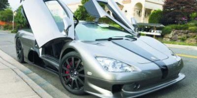 """3- SS Ultimate Aero (256 mph – 411 km/h). Shelby Supercars (SSC), preparadores de vehículos de alto desempeño, pusieron en aprietos a un bólido europeo que gozaba de toda la potencia de un Grupo como Volkswagen, propietario de Bugatti. Le robaron a Veyron en 2007 el registro de velocidad tope gracias a un V8 biturbo 6.3 litros de 1,278 caballos de potencia, que además eliminaba todo el peso adicional que podría presentarse en un automóvil de tanto lujo como el Veyron. El """"frankenstein"""" americano había vencido al príncipe europeo. Foto:Metro"""