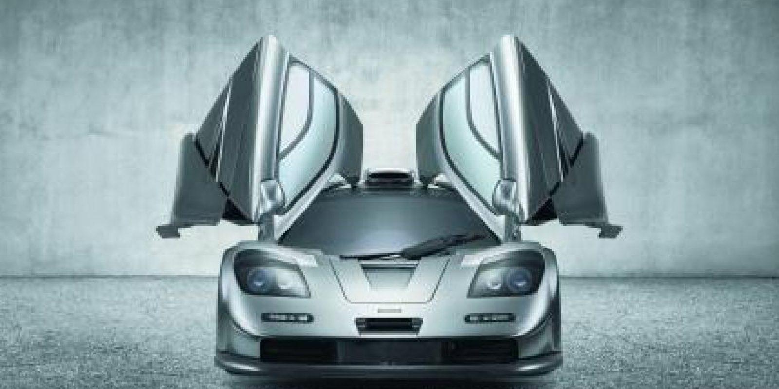 5- McLaren F1 (241 mph – 387 km/h). Continúa siendo el vehículo de producción de aspiración natural más veloz del planeta. Su 6.1 litros V12 desarrollado por BMW liberaba 635 caballos para una relación peso-potencia sorprendente, ya que apenas superaba los 1,100 kilogramos. Se produjo con motor central trasero y propulsión trasera, no contaba con sistemas de estabilidad ni tracción, se desarrolló de 1992 a 1998 y eliminó el registro de Jaguar XJ220, que lograba 350 km/hora. Foto:Metro