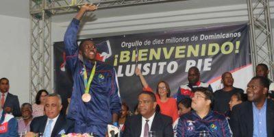 Gobierno entrega apartamento a medallista olímpico Luisito Pié