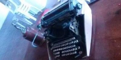 En las imágenes, vemos su máquina de escribir y una señora firmando el libro de visitantes.