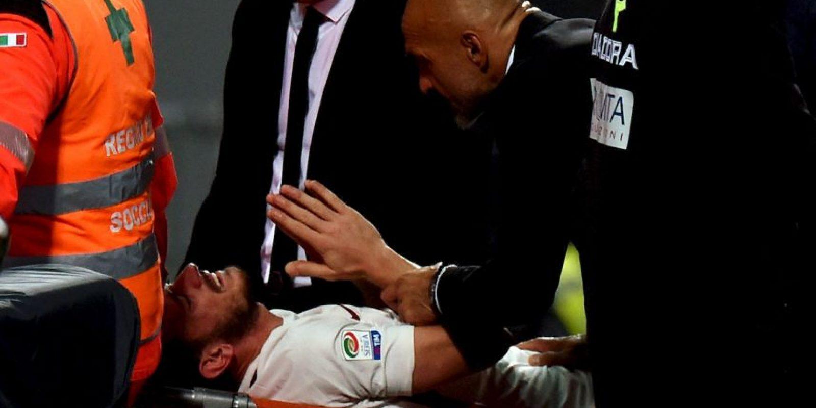 El polifuncional jugador de la Roma se rompió ligamentos en el partido ante Sassuolo Foto:Getty Images