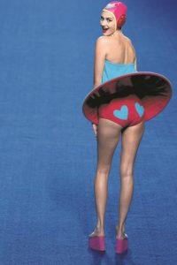 Sus trajes de baño no están hechos para la playa, sino para lucirse en una pool party. Foto:Metro
