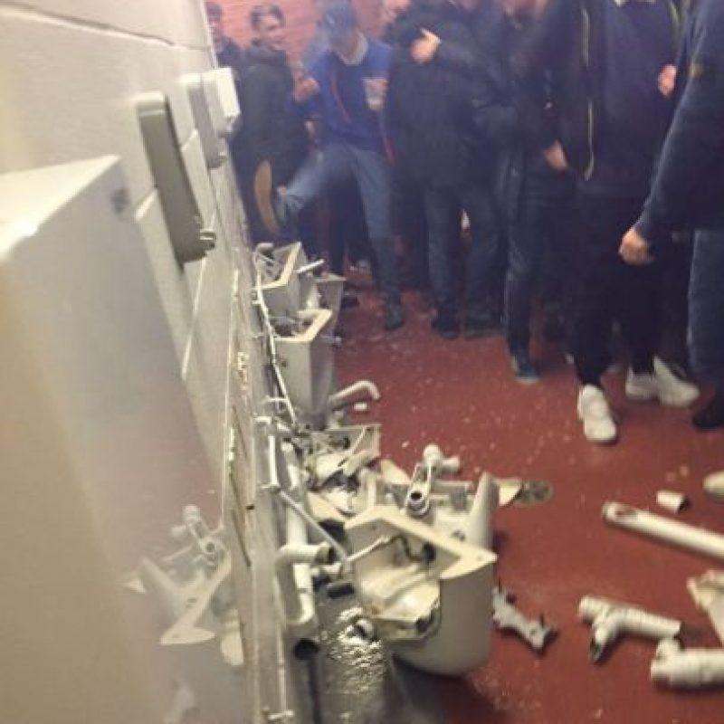 Luego de caer ante Manchester United, los fanáticos de Manchester City rompieron los baños Foto:Twitter