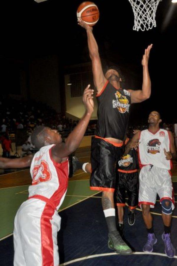 Acción de uno de los partidos correspondientes al Torneo de Baloncesto Superior de Monte Plata Foto:Fuente externa